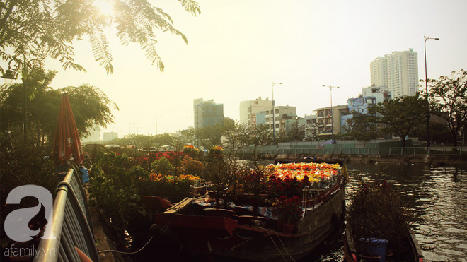 Cận Tết, ghé bến Bình Đông coi chợ nổi, tìm lại Sài Gòn xưa trong cảnh giao thương trên bến dưới thuyền - Ảnh 1.