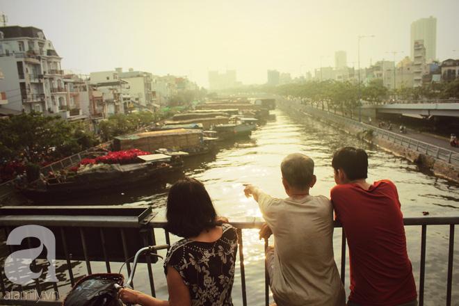 Cận Tết, ghé bến Bình Đông coi chợ nổi, tìm lại Sài Gòn xưa trong cảnh giao thương trên bến dưới thuyền - Ảnh 9.