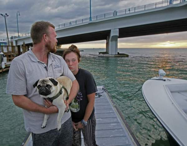 Bán hết tài sản mua thuyền sống trên biển, cặp đôi không thể ngờ điều tồi tệ đã xảy ra