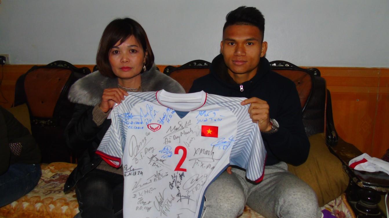 Chiếc áo cầu thủ số 2 của Phạm Xuân Mạnh có đầy đủ chữ ký của