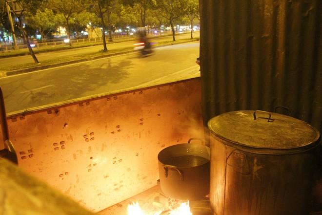 Chuẩn bị cho ngày Tết,  người thành phố rủ nhau nấu bánh chưng ngay ngoài vỉa hè - Ảnh 25.