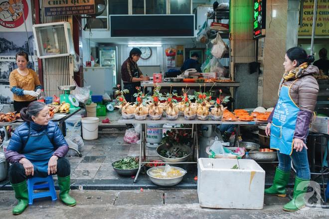 Những ngày cuối năm, đi chợ Tết để mua về niềm vui, gợi về ký ức thời ông bà anh - Ảnh 3.
