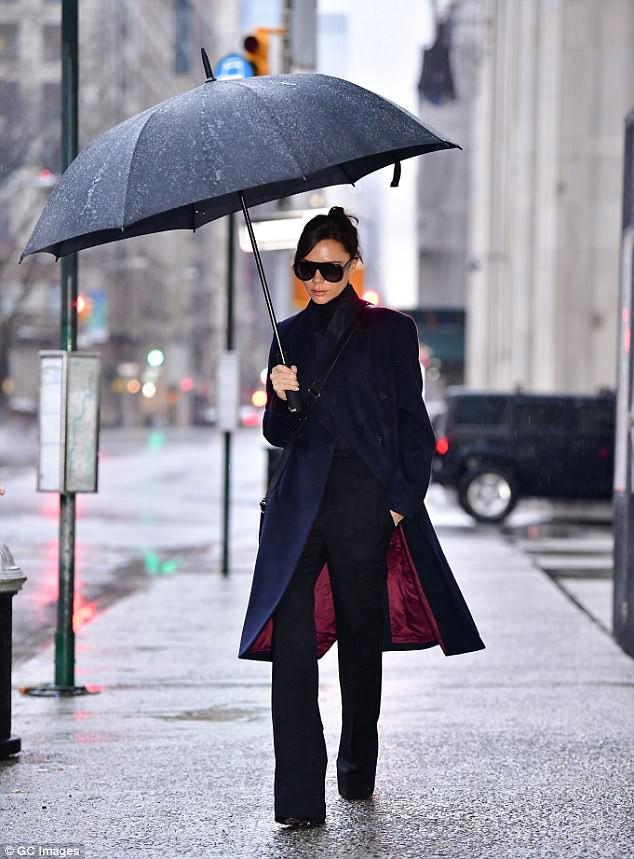Không quần jeans áo phông, Victoria Bekham diện hẳn áo khoác hơn trăm triệu trong buổi ra mắt BST mới - Ảnh 1.