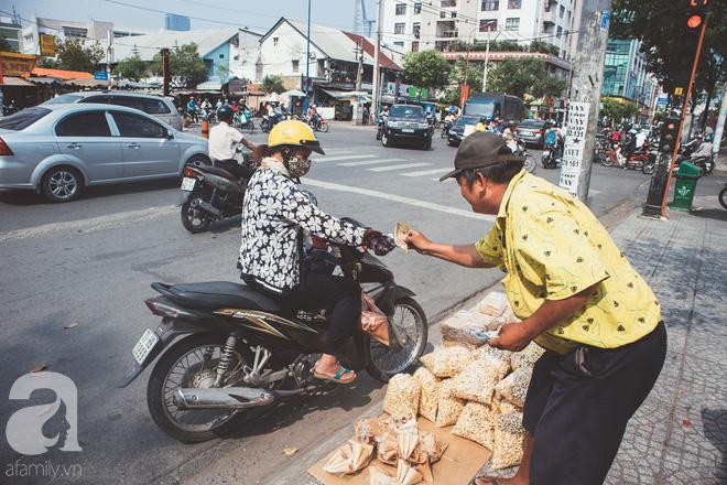Chú Ba Sài Gòn với nụ cười giòn tan: Cả năm mưu sinh đất khách, Tết đủ tiền về quê sum họp là vui rồi! - Ảnh 4.