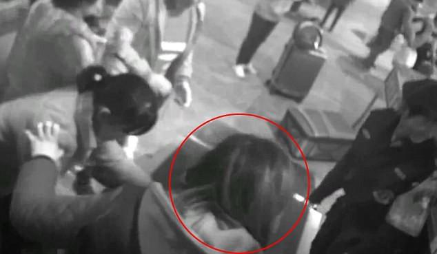 Dở khóc dở cười với người phụ nữ bất chấp trèo vào máy kiểm tra an ninh ở một nhà ga vì lý do không ai ngờ - Ảnh 3.