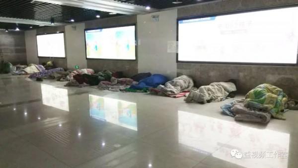 Lao động nghèo vật vờ dưới gầm cầu: 'Chỗ ngủ còn không có, lấy đâu ra tiền về quê ăn Tết!' - Ảnh 1.