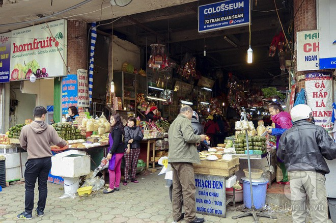 Những ngày cuối năm, đi chợ Tết để mua về niềm vui, gợi về ký ức thời ông bà anh - Ảnh 2.