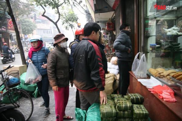 28 Tết, người Hà Nội vẫn xếp hàng dài để mua bánh chưng, giò chả tại cửa hàng này! - Ảnh 2.