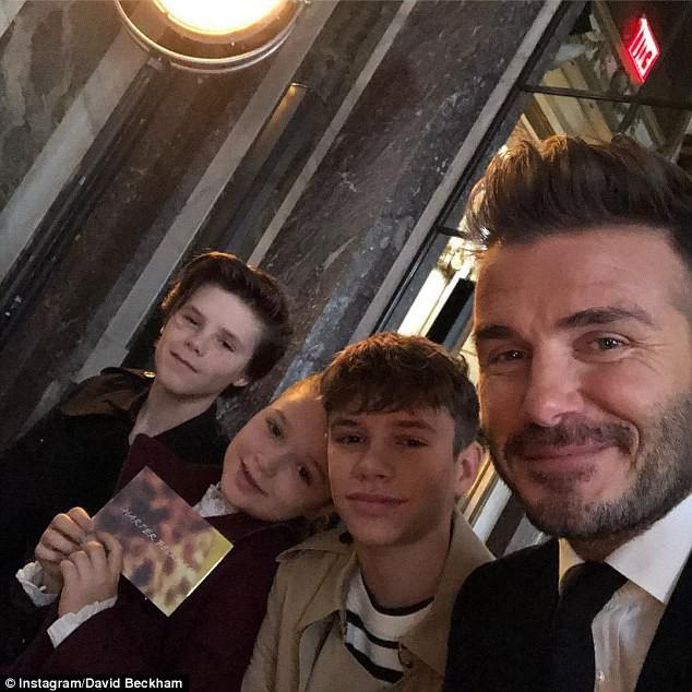 Má hồng răng sún, không chỉ xinh mà Harper Beckham trông còn cực dễ thương và ngọt ngào - Ảnh 2.