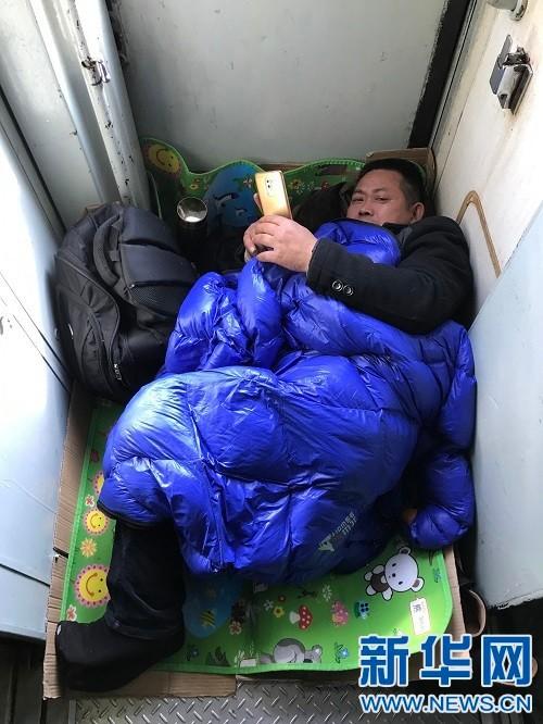 Chùm ảnh: Dù phải mệt mỏi đợi chờ tàu xe, trái tim của những người con tha hương vẫn một lòng hướng về quê mỗi dịp xuân về - Ảnh 12.