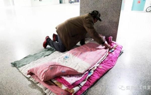 Lao động nghèo vật vờ dưới gầm cầu: 'Chỗ ngủ còn không có, lấy đâu ra tiền về quê ăn Tết!' - Ảnh 3.