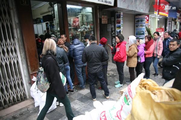 28 Tết, người Hà Nội vẫn xếp hàng dài để mua bánh chưng, giò chả tại cửa hàng này! - Ảnh 3.