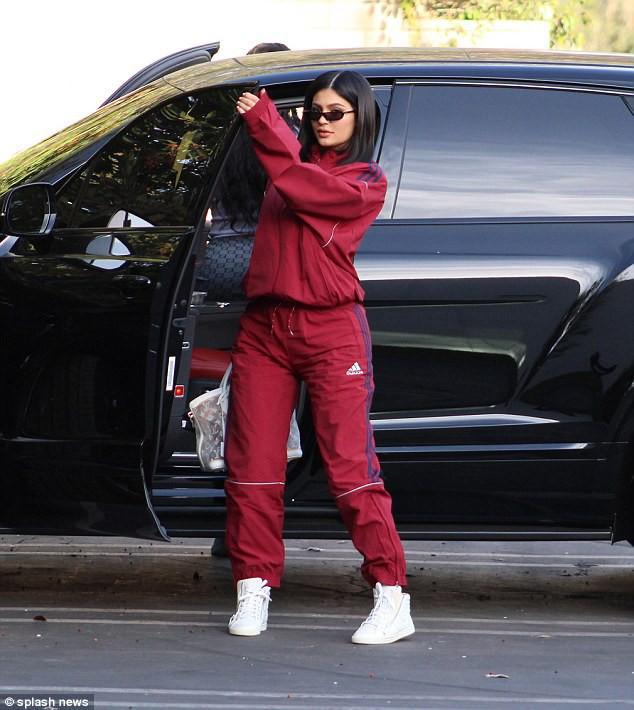 Kylie Jenner khoe xe hơi sang chảnh, chính thức tái xuất showbiz sau nhiều tháng ở ẩn - Ảnh 3.
