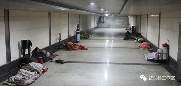 Lao động nghèo vật vờ dưới gầm cầu: 'Chỗ ngủ còn không có, lấy đâu ra tiền về quê ăn Tết!' - Ảnh 4.