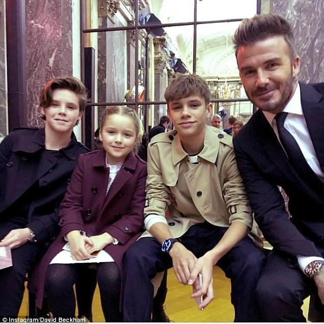 Má hồng răng sún, không chỉ xinh mà Harper Beckham trông còn cực dễ thương và ngọt ngào - Ảnh 4.