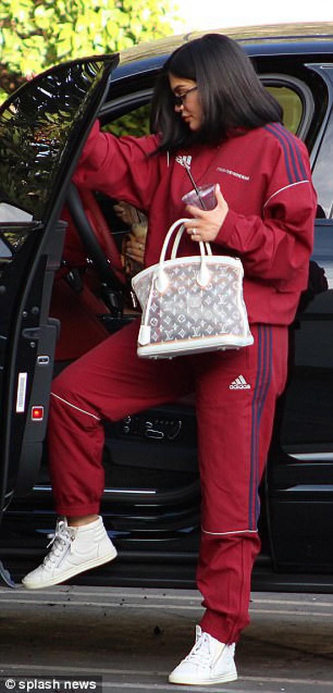 Kylie Jenner khoe xe hơi sang chảnh, chính thức tái xuất showbiz sau nhiều tháng ở ẩn - Ảnh 5.