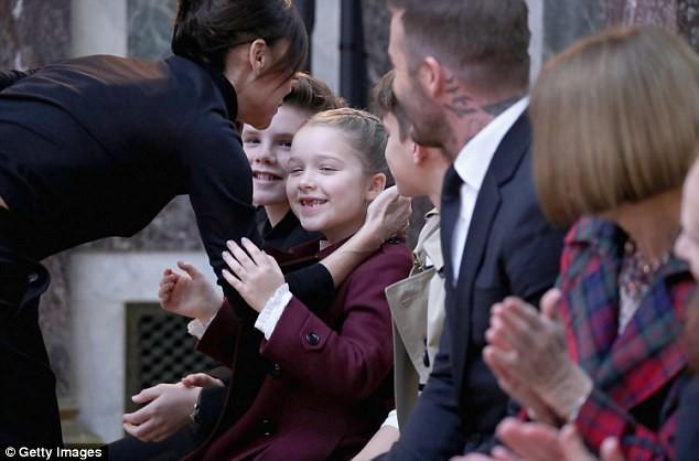 Má hồng răng sún, không chỉ xinh mà Harper Beckham trông còn cực dễ thương và ngọt ngào - Ảnh 6.