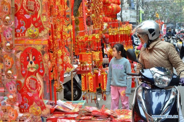 Không khí Tết tràn ngập đường phố ở Việt Nam lên báo nước ngoài - Ảnh 8.