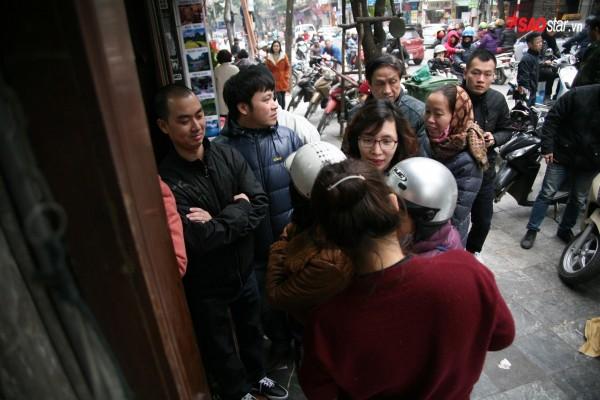 28 Tết, người Hà Nội vẫn xếp hàng dài để mua bánh chưng, giò chả tại cửa hàng này! - Ảnh 8.