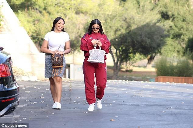 Kylie Jenner khoe xe hơi sang chảnh, chính thức tái xuất showbiz sau nhiều tháng ở ẩn - Ảnh 8.