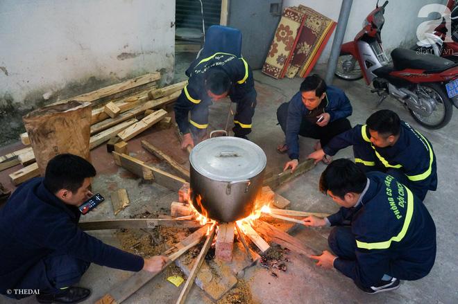 Hình ảnh bình dị bên nồi bánh chưng xanh, củ khoai nướng của các chàng lính cứu hỏa phải trực xuyên Tết - ảnh 11