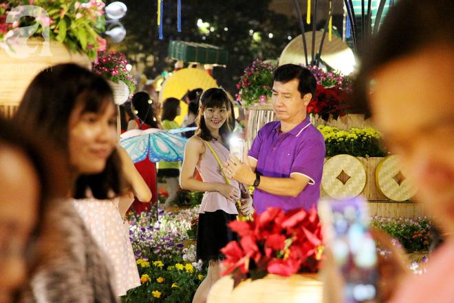 Đêm khai mạc đường hoa Nguyễn Huệ: Người tấp nập ngắm hoa và linh vật, người cố bán hàng để kiếm thêm ngày Tết - Ảnh 4.