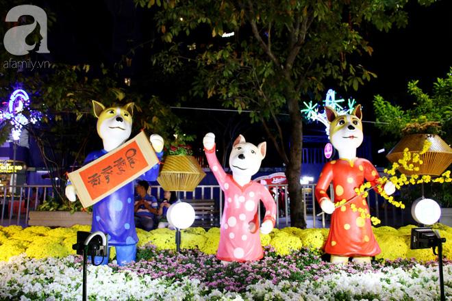 Đêm khai mạc đường hoa Nguyễn Huệ: Người tấp nập ngắm hoa và linh vật, người cố bán hàng để kiếm thêm ngày Tết - ảnh 8