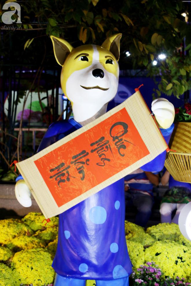 Đêm khai mạc đường hoa Nguyễn Huệ: Người tấp nập ngắm hoa và linh vật, người cố bán hàng để kiếm thêm ngày Tết - ảnh 9