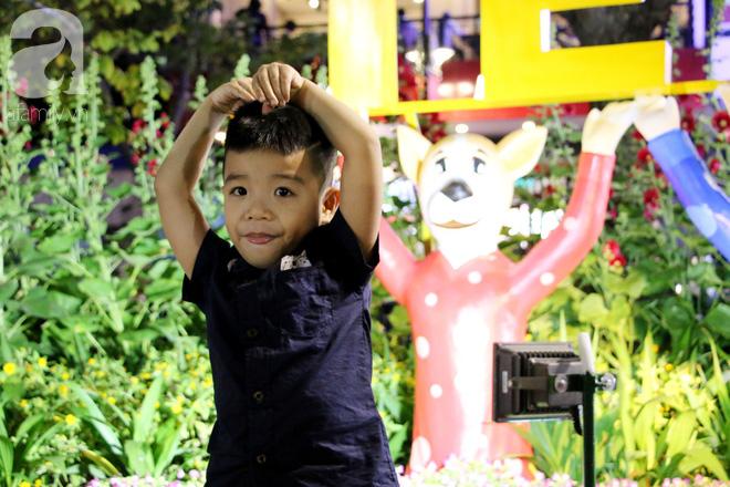 Đêm khai mạc đường hoa Nguyễn Huệ: Người tấp nập ngắm hoa và linh vật, người cố bán hàng để kiếm thêm ngày Tết - ảnh 11
