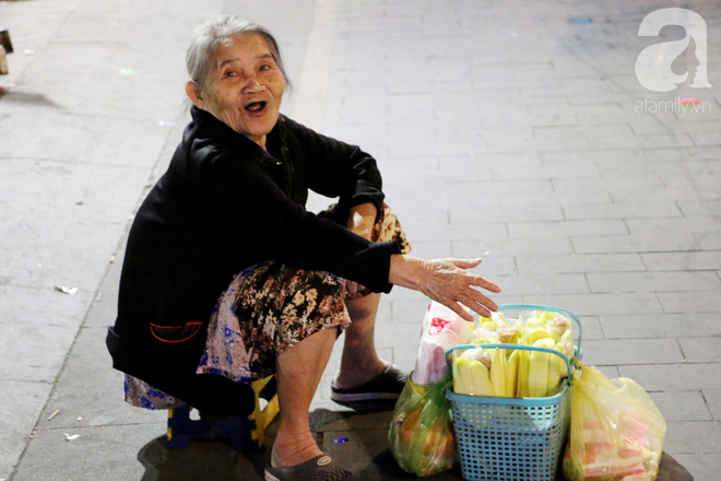Đêm khai mạc đường hoa Nguyễn Huệ: Người tấp nập ngắm hoa và linh vật, người cố bán hàng để kiếm thêm ngày Tết - Ảnh 15.