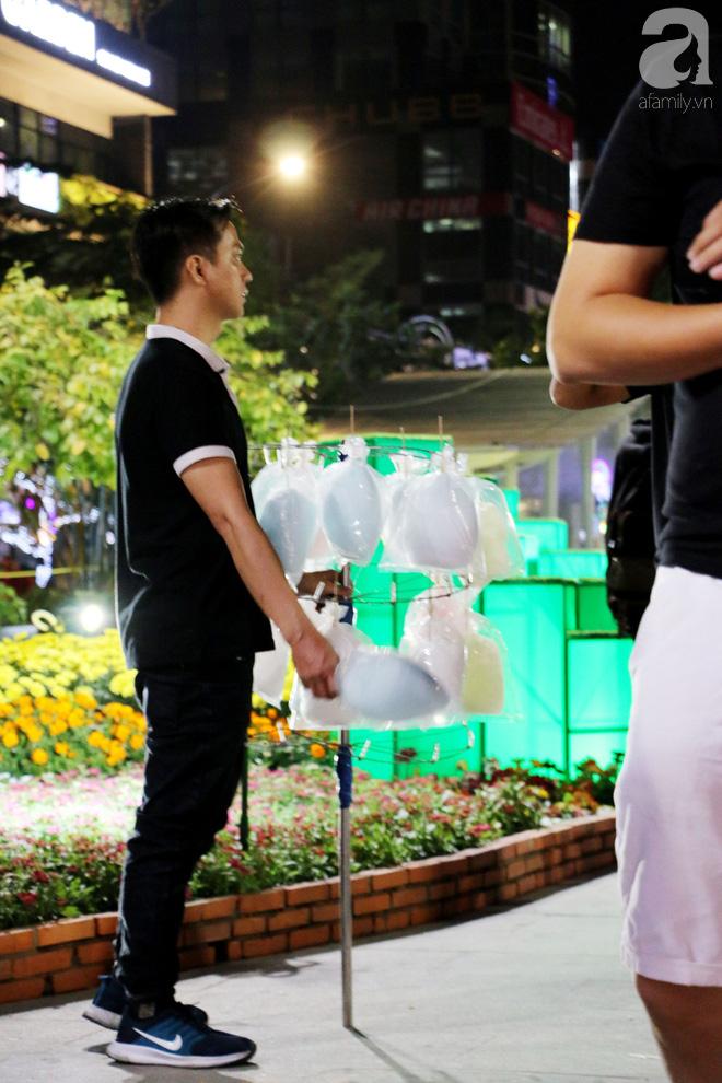 Đêm khai mạc đường hoa Nguyễn Huệ: Người tấp nập ngắm hoa và linh vật, người cố bán hàng để kiếm thêm ngày Tết - ảnh 13