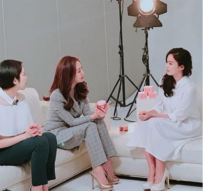 Kim Tae Hee lần đầu tái xuất sau 4 tháng nằm ổ chăm con - ảnh 1