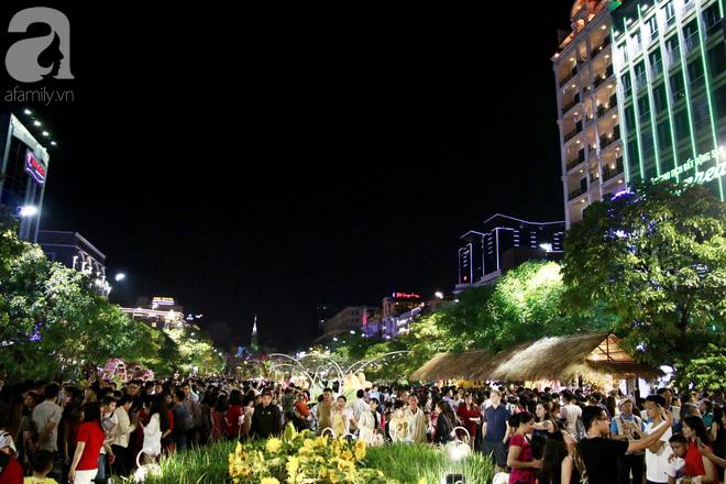 Đêm khai mạc đường hoa Nguyễn Huệ: Người tấp nập ngắm hoa và linh vật, người cố bán hàng để kiếm thêm ngày Tết - Ảnh 2.