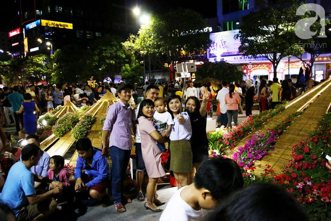Đêm khai mạc đường hoa Nguyễn Huệ: Người tấp nập ngắm hoa và linh vật, người cố bán hàng để kiếm thêm ngày Tết - Ảnh 3.