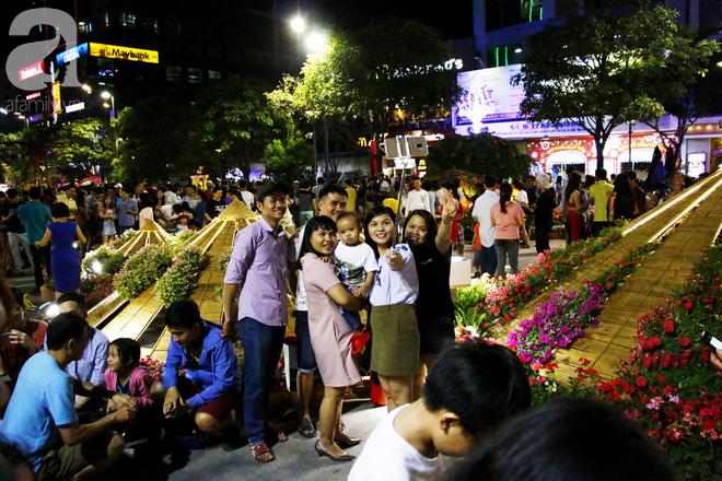 Đêm khai mạc đường hoa Nguyễn Huệ: Người tấp nập ngắm hoa và linh vật, người cố bán hàng để kiếm thêm ngày Tết - Ảnh 10.