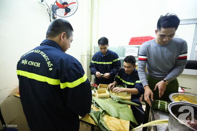 Hình ảnh bình dị bên nồi bánh chưng xanh, củ khoai nướng của các chàng lính cứu hỏa phải trực xuyên Tết - ảnh 4