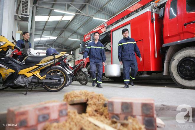 Hình ảnh bình dị bên nồi bánh chưng xanh, củ khoai nướng của các chàng lính cứu hỏa phải trực xuyên Tết - ảnh 5