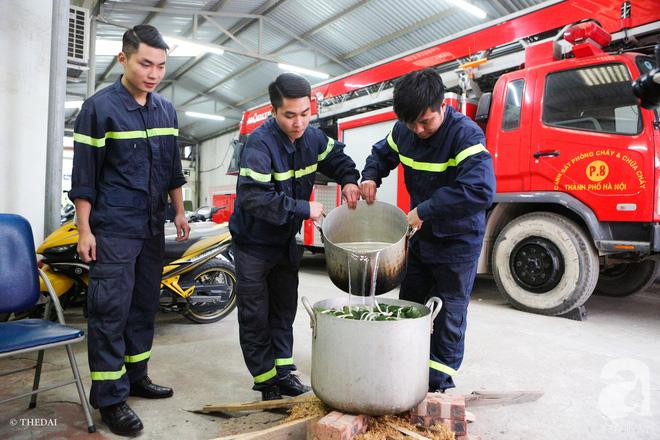 Hình ảnh bình dị bên nồi bánh chưng xanh, củ khoai nướng của các chàng lính cứu hỏa phải trực xuyên Tết - ảnh 6