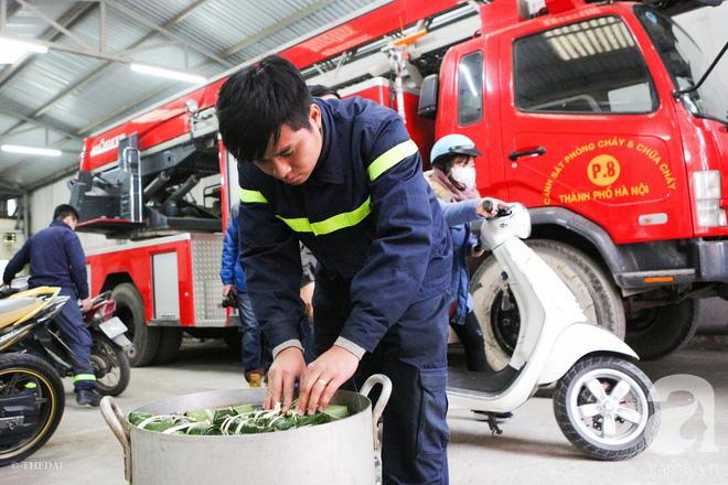 Hình ảnh bình dị bên nồi bánh chưng xanh, củ khoai nướng của các chàng lính cứu hỏa phải trực xuyên Tết - ảnh 8