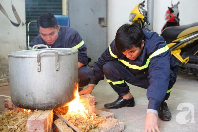 Hình ảnh bình dị bên nồi bánh chưng xanh, củ khoai nướng của các chàng lính cứu hỏa phải trực xuyên Tết - ảnh 10