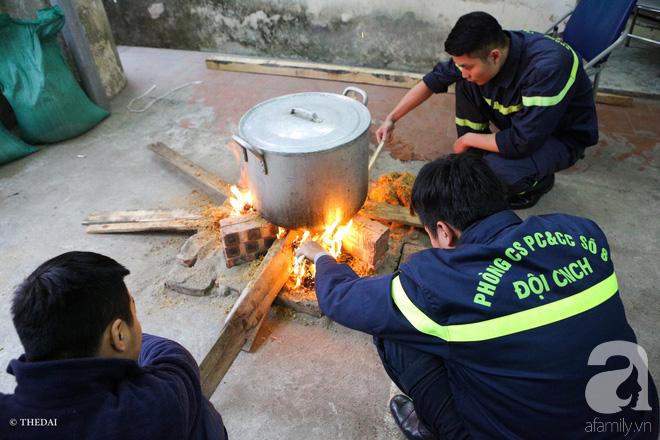 Hình ảnh bình dị bên nồi bánh chưng xanh, củ khoai nướng của các chàng lính cứu hỏa phải trực xuyên Tết - ảnh 9