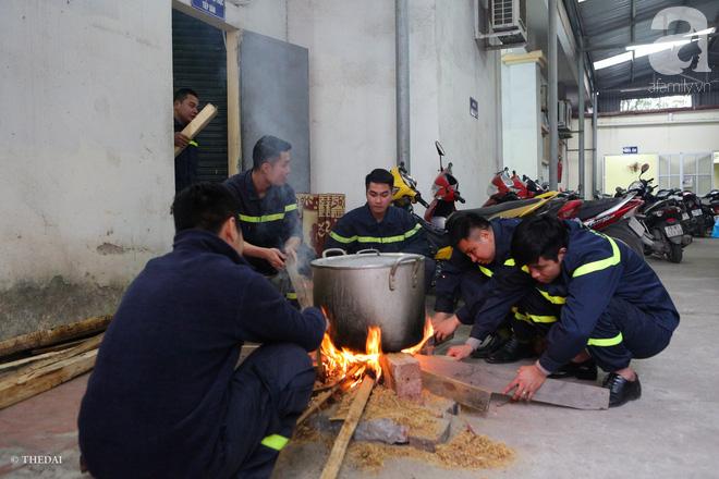 Hình ảnh bình dị bên nồi bánh chưng xanh, củ khoai nướng của các chàng lính cứu hỏa phải trực xuyên Tết - ảnh 12