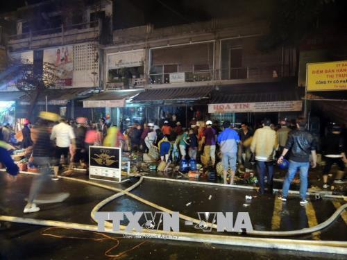 Cháy lớn, thiêu rụi 3 ngôi nhà liền kề tại thành phố Kon Tum  - Ảnh 1.