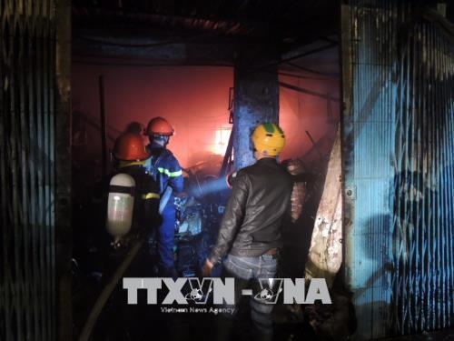 Cháy lớn, thiêu rụi 3 ngôi nhà liền kề tại thành phố Kon Tum  - Ảnh 2.