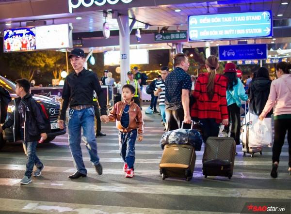 Hành khách khổ sở nằm vật vờ suốt đêm tại sân bay Tân Sơn Nhất chờ check-in - ảnh 1