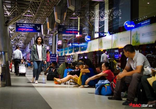 Hành khách khổ sở nằm vật vờ suốt đêm tại sân bay Tân Sơn Nhất chờ check-in - ảnh 2