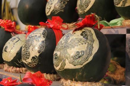 Thợ khắc dưa hấu kiếm 6-7 triệu đồng trong vài ngày cận Tết - ảnh 1