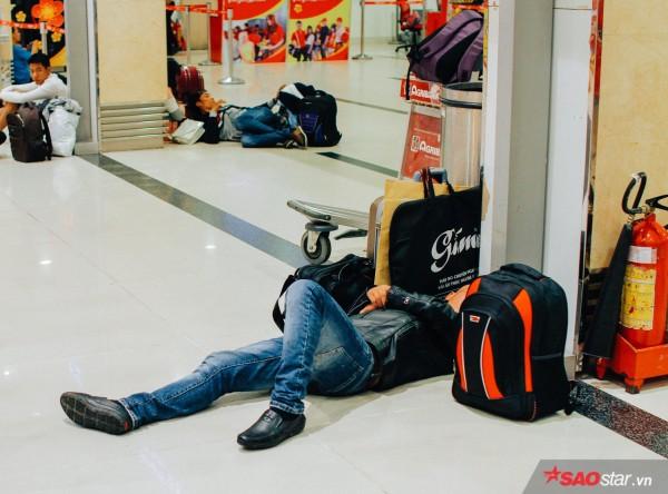 Hành khách khổ sở nằm vật vờ suốt đêm tại sân bay Tân Sơn Nhất chờ check-in - ảnh 12