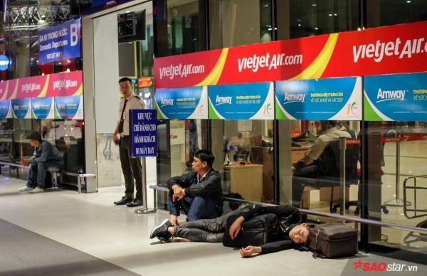 Hành khách khổ sở nằm vật vờ suốt đêm tại sân bay Tân Sơn Nhất chờ check-in - ảnh 13