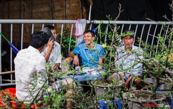 Co ro trắng đêm bán dịp Tết, người nông dân vẫn thấp thỏm vì tâm lý đợi đêm 30 mua hoa giờ chót - Ảnh 13.